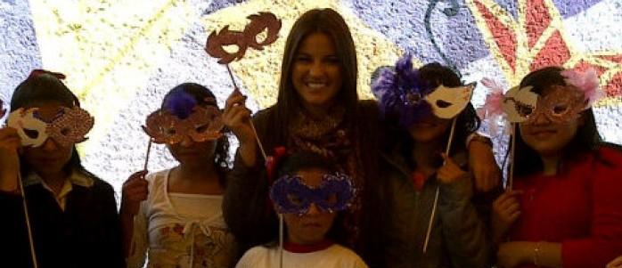 Video: Maite Perroni passava dia das crianças na escola