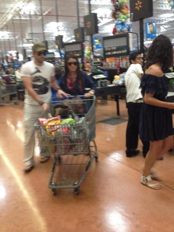 Flagra: Maite Perroni vai às compras de supermercado com namorado