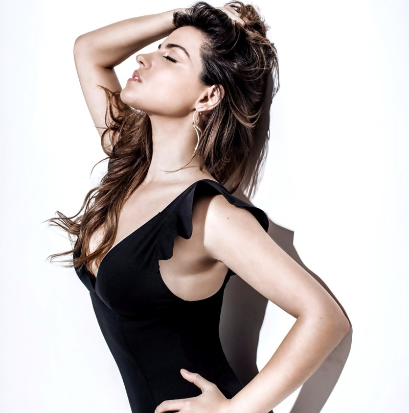 Maite Perroni capricha na sensualidade em ensaio para revista