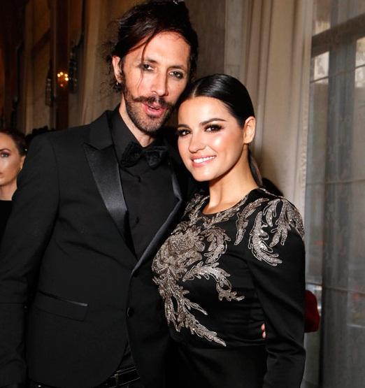 Maite Perroni e Koko Stambuk muito apaixonados em um evento de gala