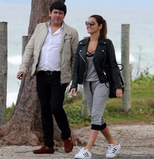 Maite Perroni caminha pelo Rio após comer Açaí