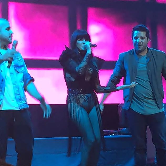Maite Perroni junto a Cali y El Dandee cantam 'Loca' ao vivo pela primeira vez
