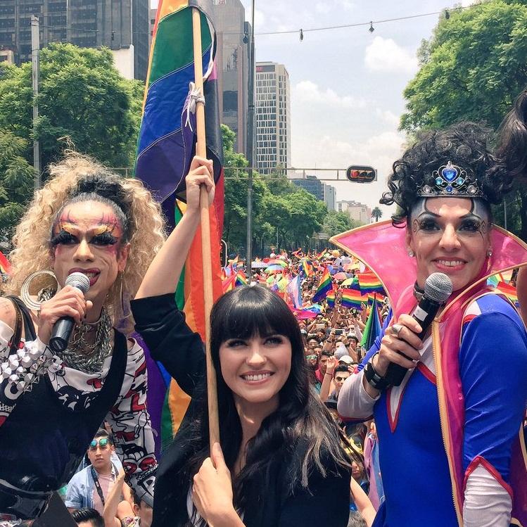 Maite Perroni dá o sinal de partida na Marcha Gay no México