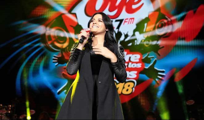 Maite Perroni se apresentando em evento da rádio Oye