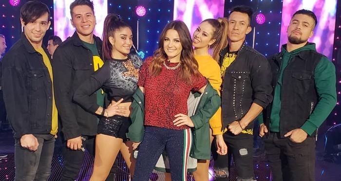 Maite Perroni cantando 'Bum Bum Dale Dale' no programa 'Al Aire Con Paola Rojas'